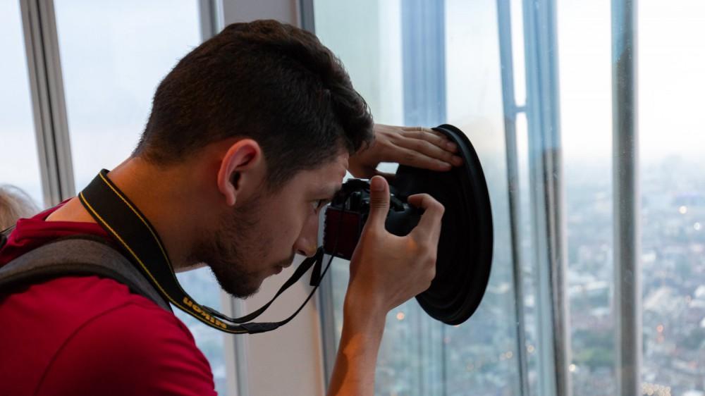 Устройство Ultimate Lens Hood помогает снимать сквозь стекло