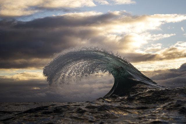Рэй Коллинз. Морские пейзажи: волны, похожие на горные вершины