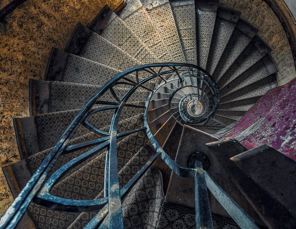 ruining historical landmark stairs - 1000×776