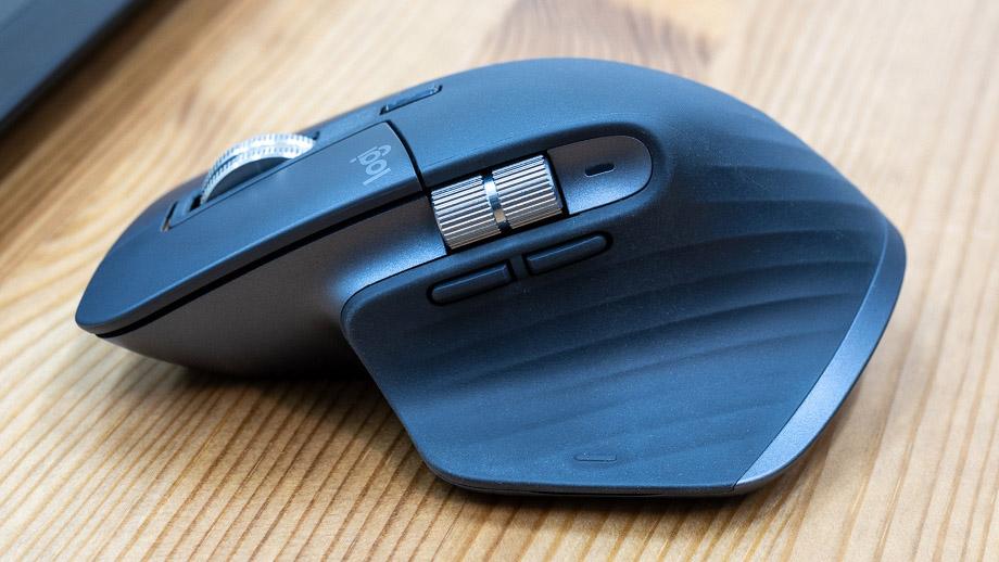 Мышь Logitech MX Master 3 в руке дизайнера и фотографа
