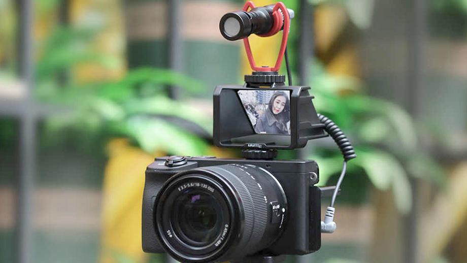 Селфи-экран с любой камерой: UURig vlog selfie flip screen за $10